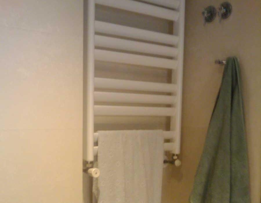 Toallero radiador de calefacción por agua para baños.