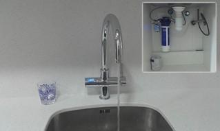 Grifo de cocina Grohe Blue con osmosis integrado, nos permite aprovechar al máximo el espacio del mueble de debajo de la fregadera