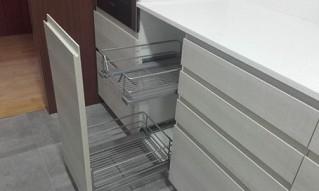 Accesorios de cocina. Puerta con carro extraible para muebles de cocina, aprovechar el espacio de muebles estrechos.