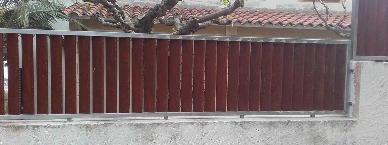Reja Exterior fabricada en acero inoxidable y pintada para darle un efecto envejecido.