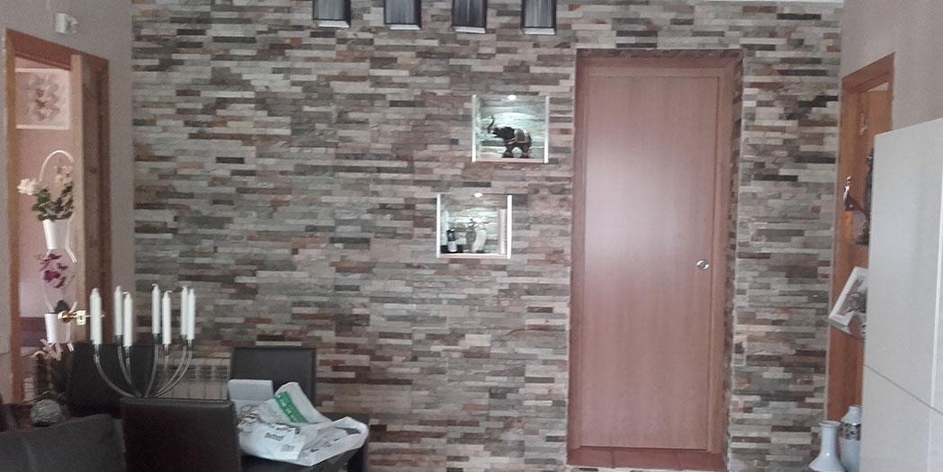 Una pared del comedor revestida con piedra natural, nos da un toque especial y personal