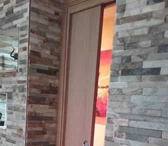 Los armazones para puertas correderas ocultas, nos ofrecen ganar un 1 m2 en la habitación.