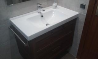 Mueble de baño en color Wengué, siguiendo con la gama de colores escogido, compuesto por dos cajones con freno