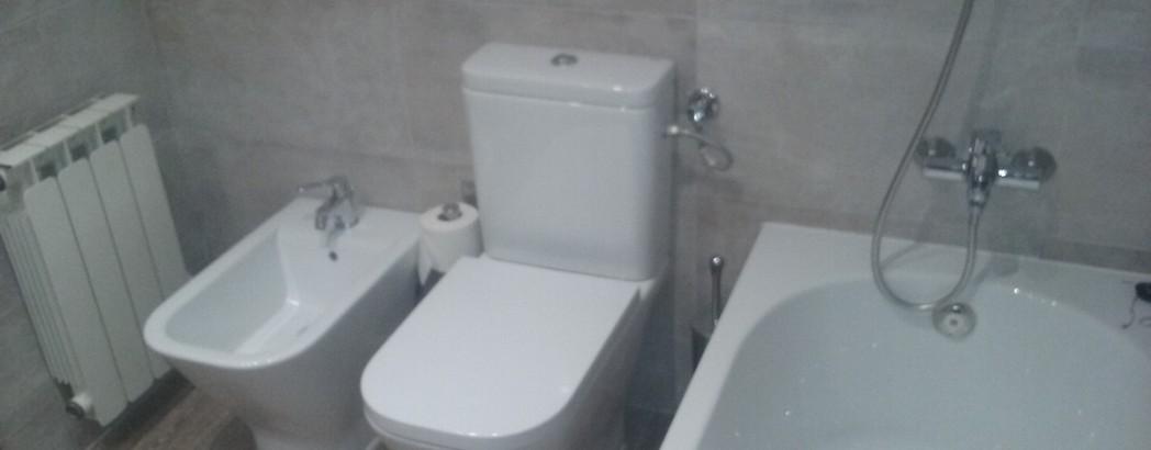 Reforma de baño completa, con sanitarios Roca, modelo The gap para inodoro y bidet, y modelo Easy para bañera