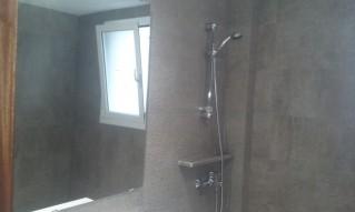 La imitación a piedra en cerámica, es muy bonita para resaltar tu cuarto de baño