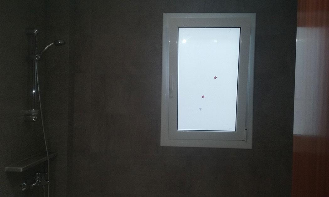 Una ventana de aluminio oscilovatiente, nos permite tener una correcta ventilación en nuestro baño, sin sacrificar nuestra intimidad en el baño