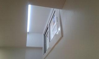 Iluminación inderecta con tira de led de 14 w/mt  que resalta la zona de la ventana