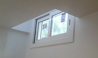 Una ventana de aluminio  con puente térmico