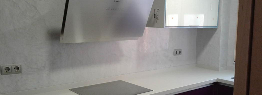 Pared revestida con microcemento en color gris cemento. Elimina las juntas y nos da un toque diferente en nuestra cocina.