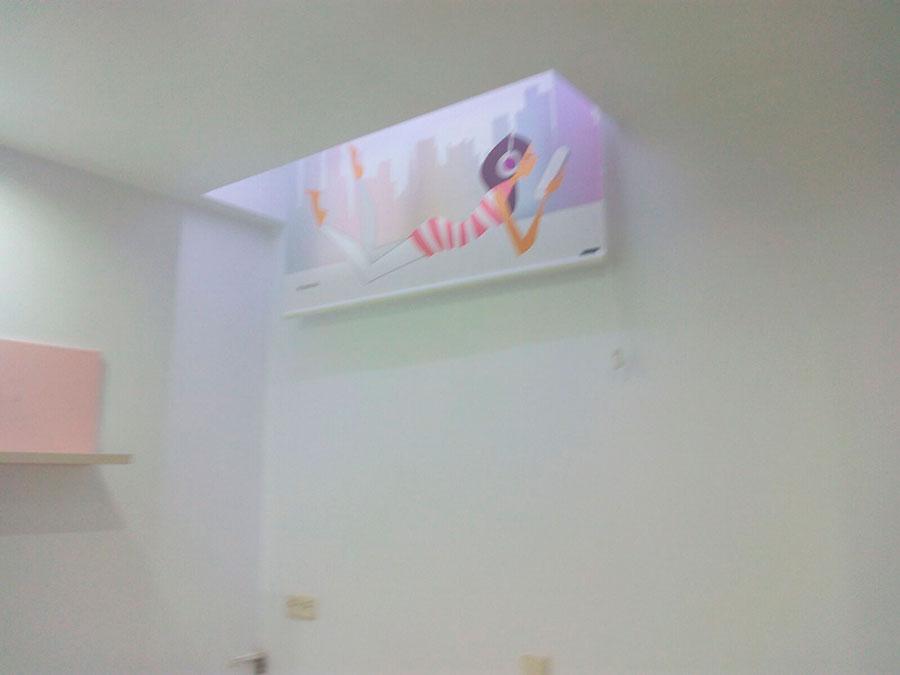 Hueco de ventana, e iluminación terminados en la habitación