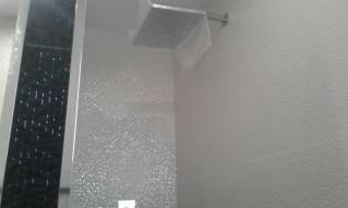 Un rociador cuadrado efecto lluvia, que nos garantiza una experiencia diferente en nuestro baño diario