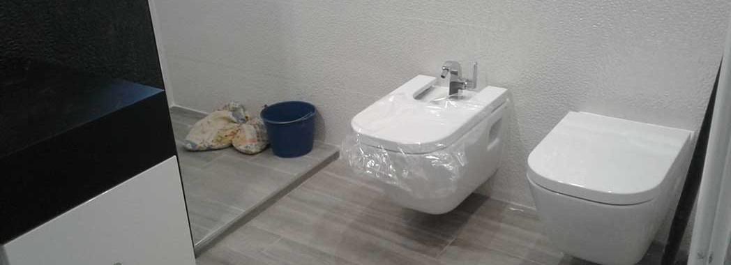 Los sanitarios suspendidos son elementos que resaltan nuestro baño