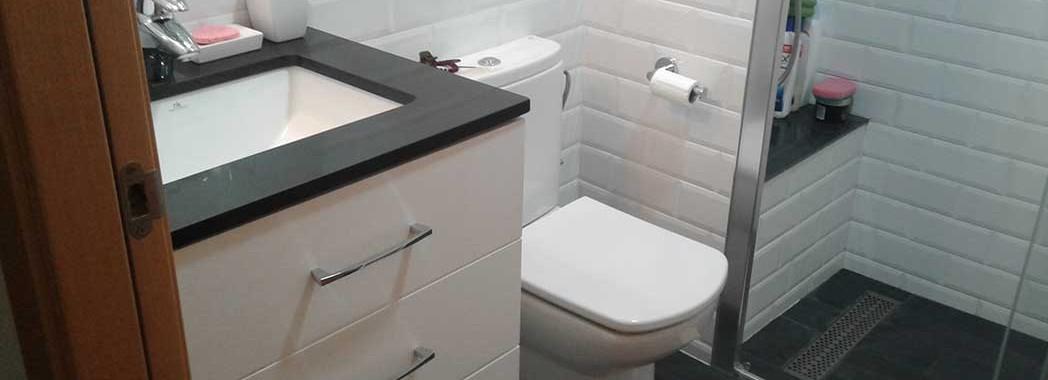 Reforma integral de baño con plato de ducha de obra, mueble de baño a medida y mampara de baño de cristal templado