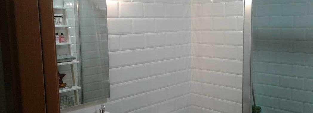Reforma de baño pequeño con cerámica vintage 10 x 20 blanca biselada