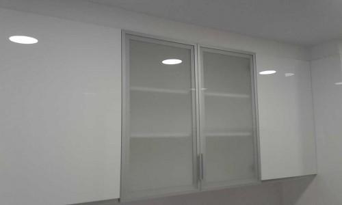 Puerta de cristal tipo vitrina en mueble alto de cocina