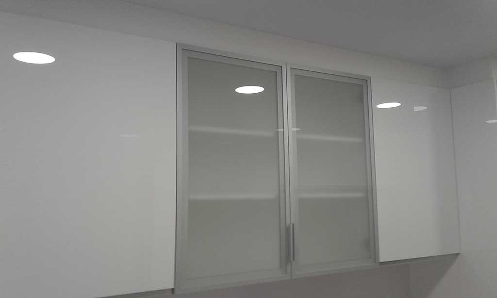 Puerta de cristal para muebles altos ax2 reformas de ba os y cocinas - Muebles altos de bano ...