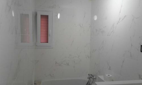 Ventana para baño de aluminio blanco con puerta oscilovatiente y cristal translúcido