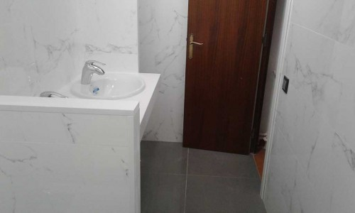 reforma de baño en gavà, con muro de separación del lavabo con el wc y el bidé