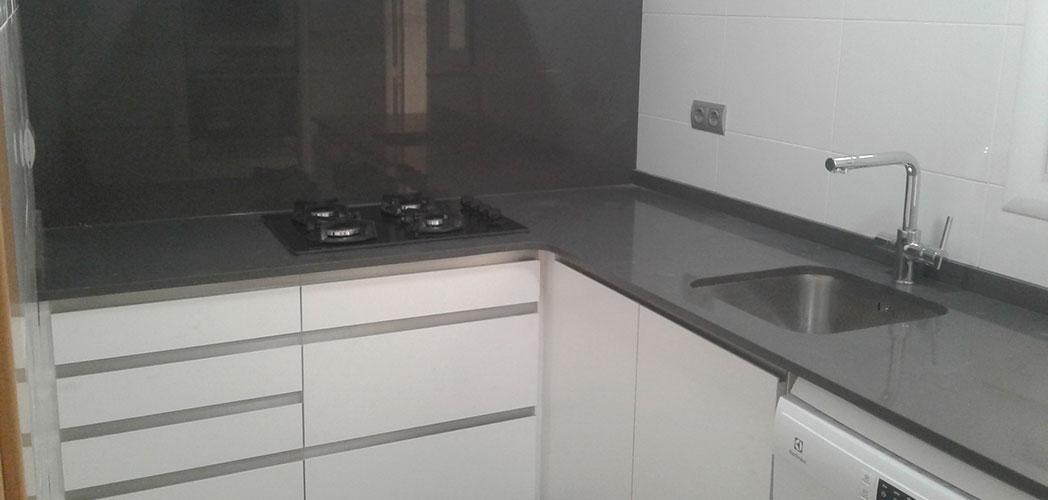 Reformas de cocinas pequeñas con cajones y tiradores tipo uñero