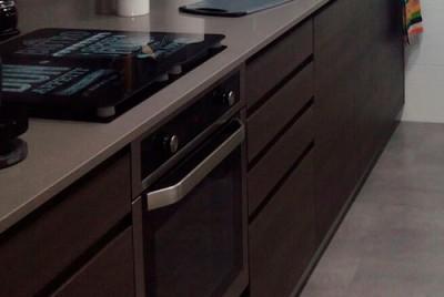Mueble de cocina con tirardor tipo uñero integrado y terminado con el mismo acabado que el frontal