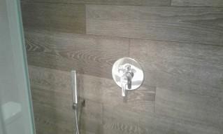 Grifería de ducha empotrada con teleducha y rociador de techo