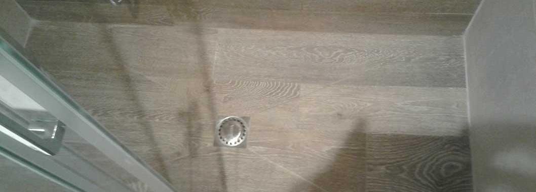 Plato de ducha de obra, con cerámica imitación parquet tipo Chester Castaño de porcelanosa