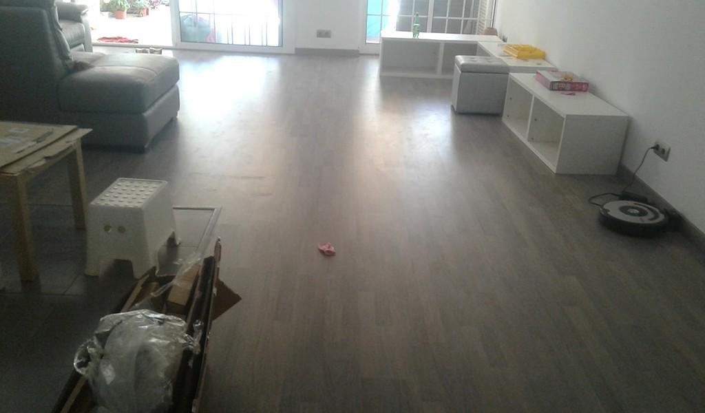 Colocación de suelo laminado de parquet tipo AC5 en color gris