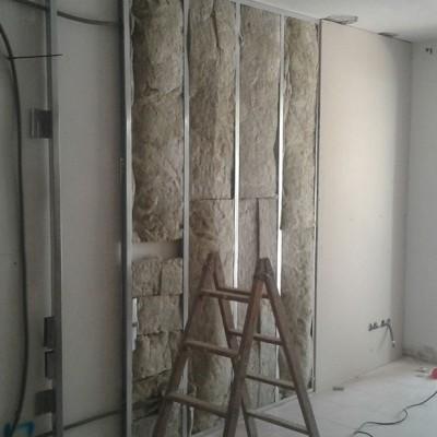 Realizamos un trasdosado de pladur con lana de roca para insonorizar las paredes con las viviendas colindantes