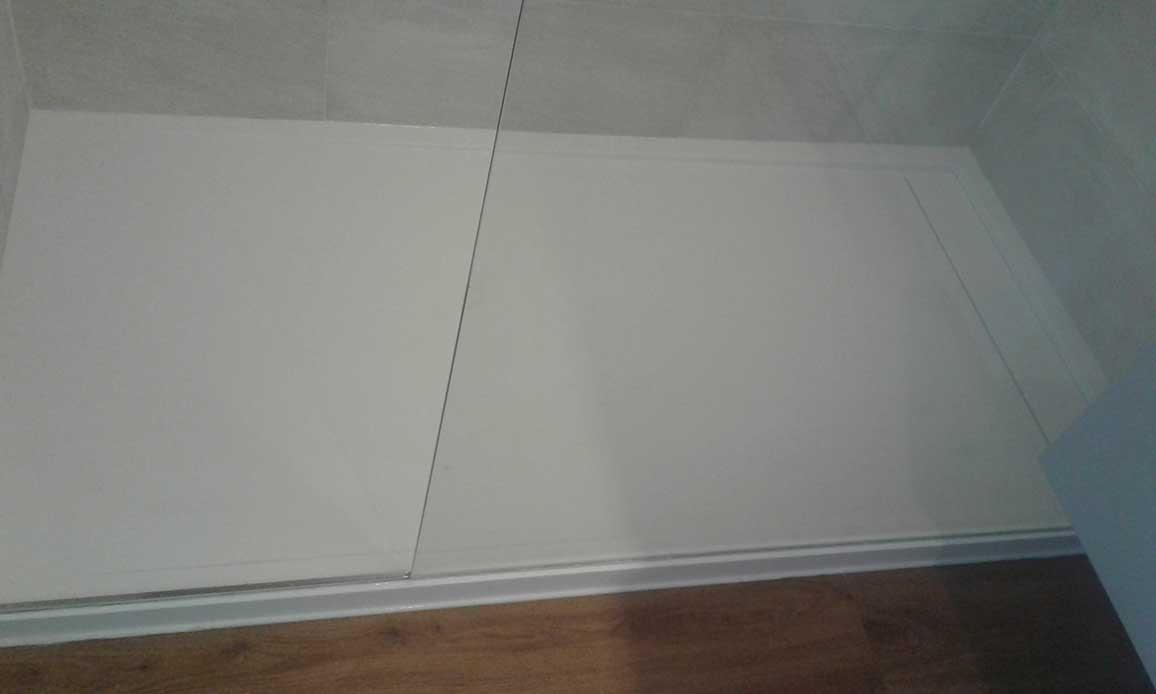 Plato de ducha de Krion, un materal solid Surface, muy resistente y un gran acabado, fabricado a medida