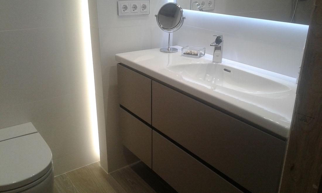 Una reforma integral del baño en barcelona, con cerámica Starwood de porcelanosa, cerámica XL, grifería encastrada, luz indirecta y plato de ducha de obra