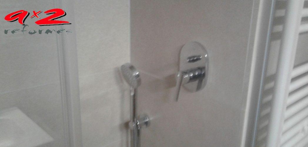 Reforma de baño con grifería de ducha encastrada monomando de TRESS y rociador efecto lluvia