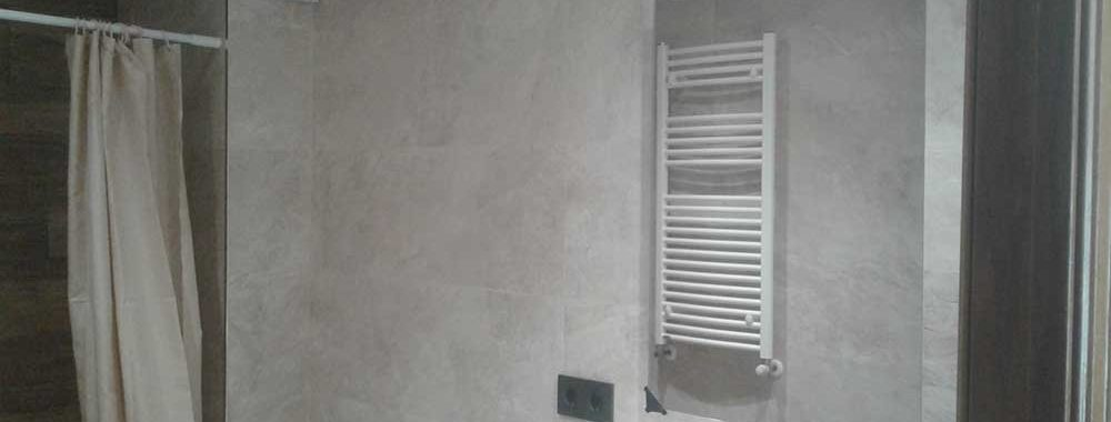 La cerámica para las paredes es el modelo Mirage Cream de Porcelanosa, con formato de 30 x 90 rectificadas