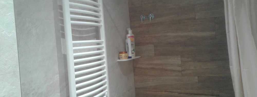 Repisa de Krion a medida integrada en el baño.