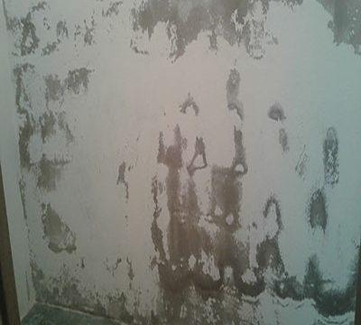 Las humedades por capilaridad aparecen en los bajos y por falta de aislamiento en la cimentación del edificio.