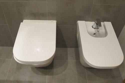 Baño con sanitarios suspendidos Roca