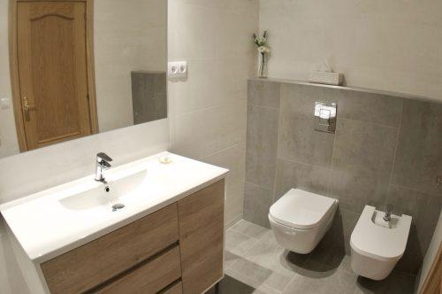 Reforma integral de baño con sanitarios supendidos en Gavà