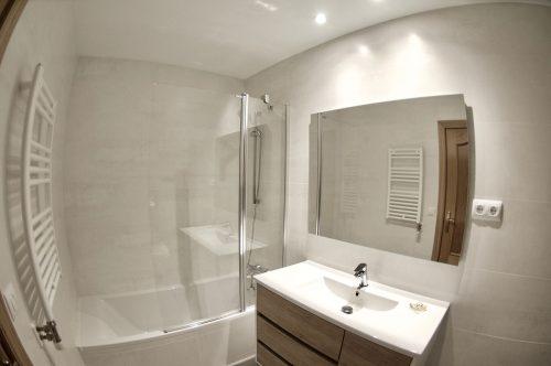 Reforma integral del baño con bañera acrílica Roca en Gavà