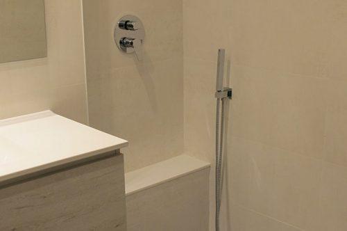 Reforma de baño con plato de ducha de obra