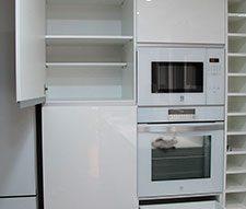 Equipamiento de cocina con bisagras y cajones cierre amortiguado. Puertas de 21 mm y uñero aluminio