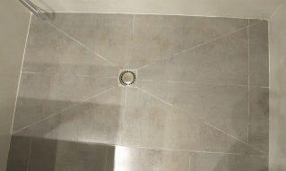 Reforma de baño cambiando la bañera por plato de ducha de obra a medida
