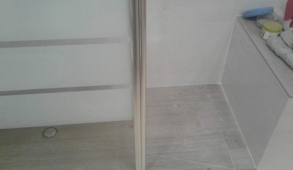 Plato de ducha de obra a medida, con cerámica Starwood de Porcelanosa