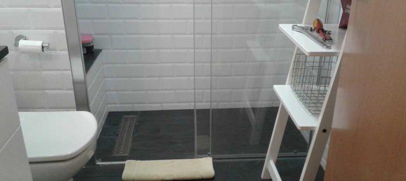 Baño estilo Vintage y plato de ducha de obra